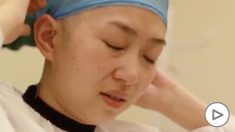 Enfermera se rapa el pelo para evitar el contagio de coronavirus