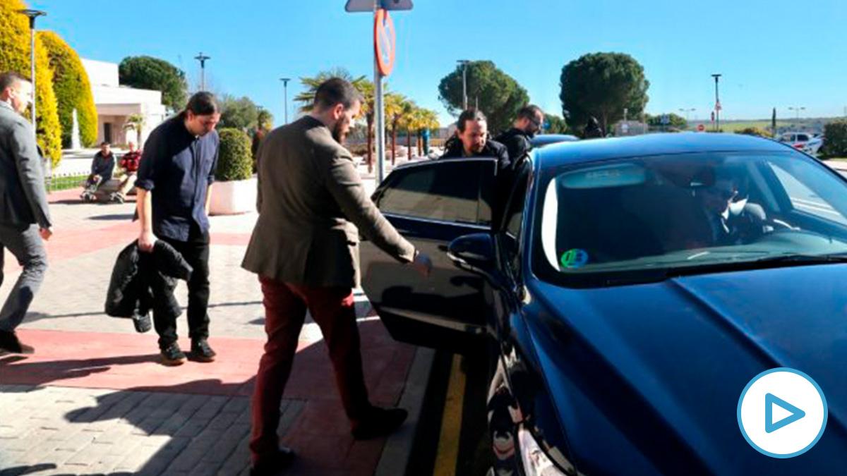 El vicepresidente segundo del Gobierno y líder de Podemos, Pablo Iglesias, subiendo a un coche oficial. (Foto: Juanjo Sacristán)
