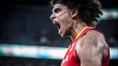Sebas Saiz celebra un mate en Rumanía. (FIBA)