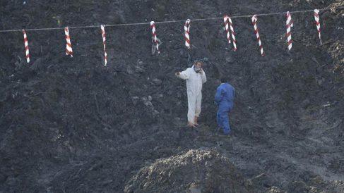 Operarios trabajando en el vertedero de Zaldibar (Foto: EFE).