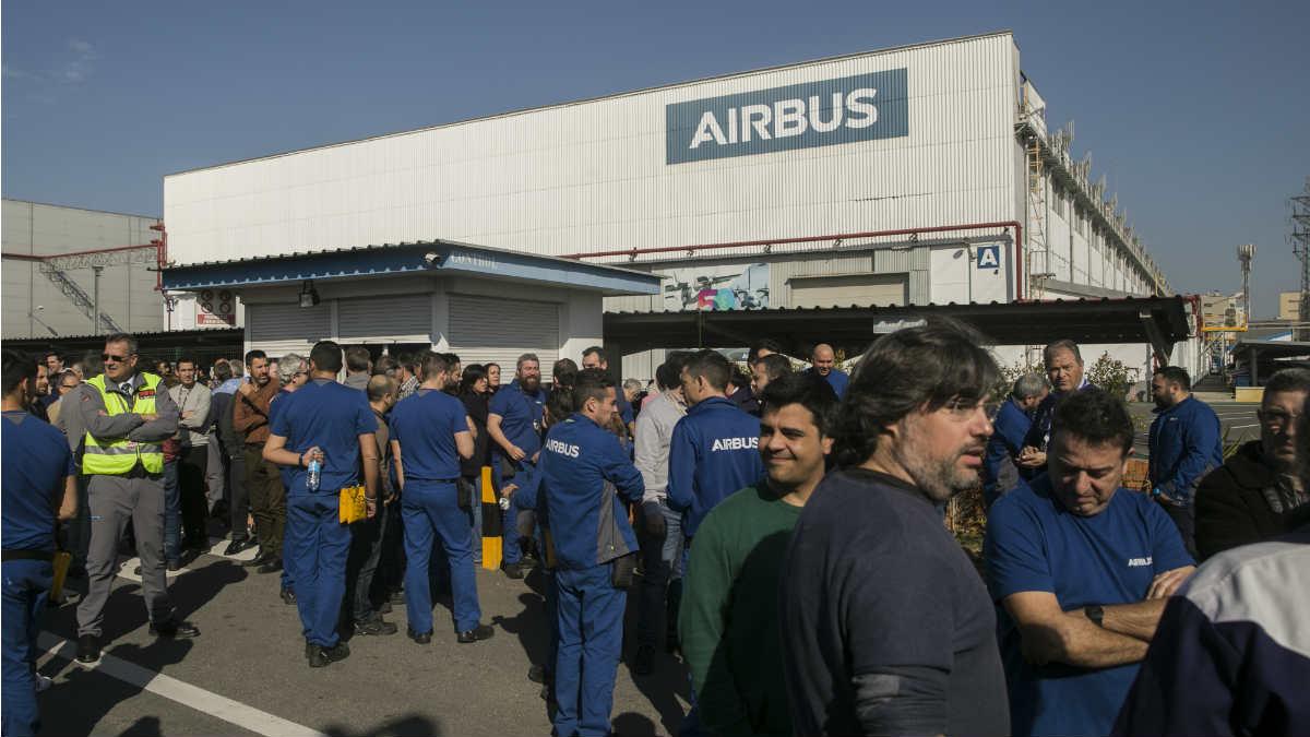 Trabajadores se concentran en su horario de descanso contra el plan de ajuste laboral presentado por Airbus. En la puerta de Airbus Tablada, Sevilla