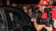 Uno de los momentos de tensión durante el día de la boda, con manifestantes frente al coche nupcial