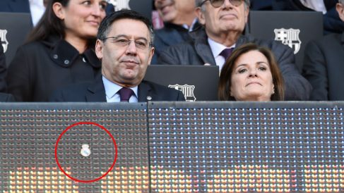 Una pegatina del escudo del Real Madrid acompañó a Bartomeu en el palco.