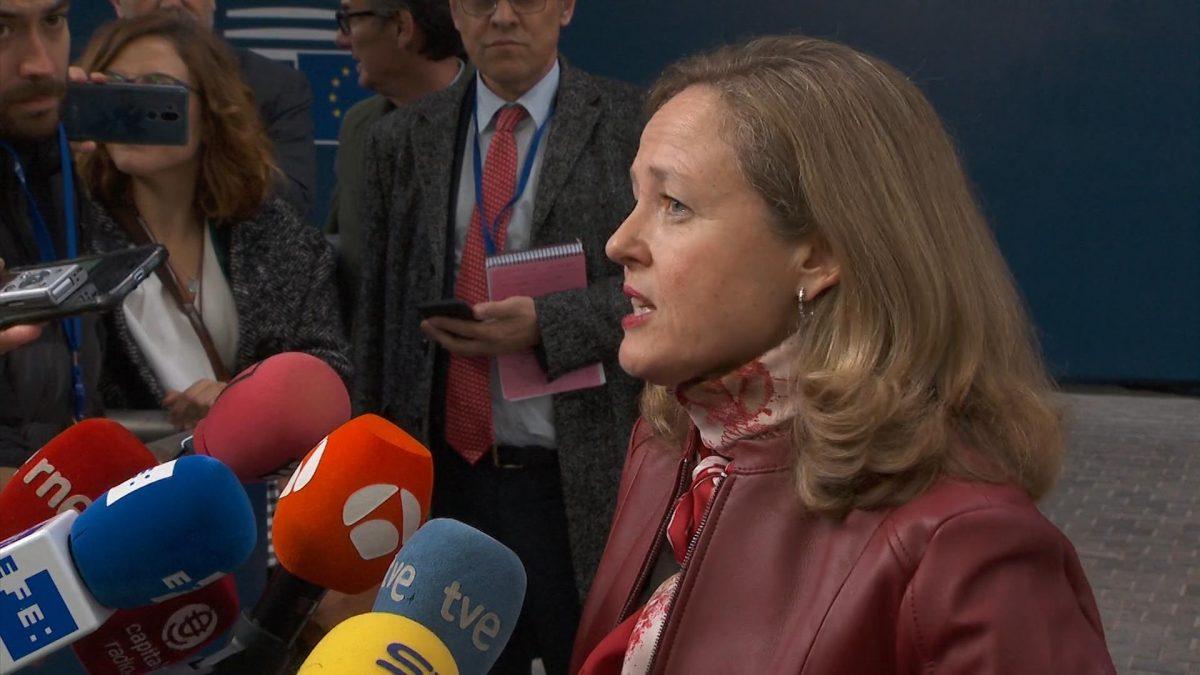 La vicepresidenta de Asuntos Económicos, Nadia Calviño, en declaraciones a los medios antes de participar en la reunión de ministros de Economía y Finanzas de la eurozona (Eurogrupo).