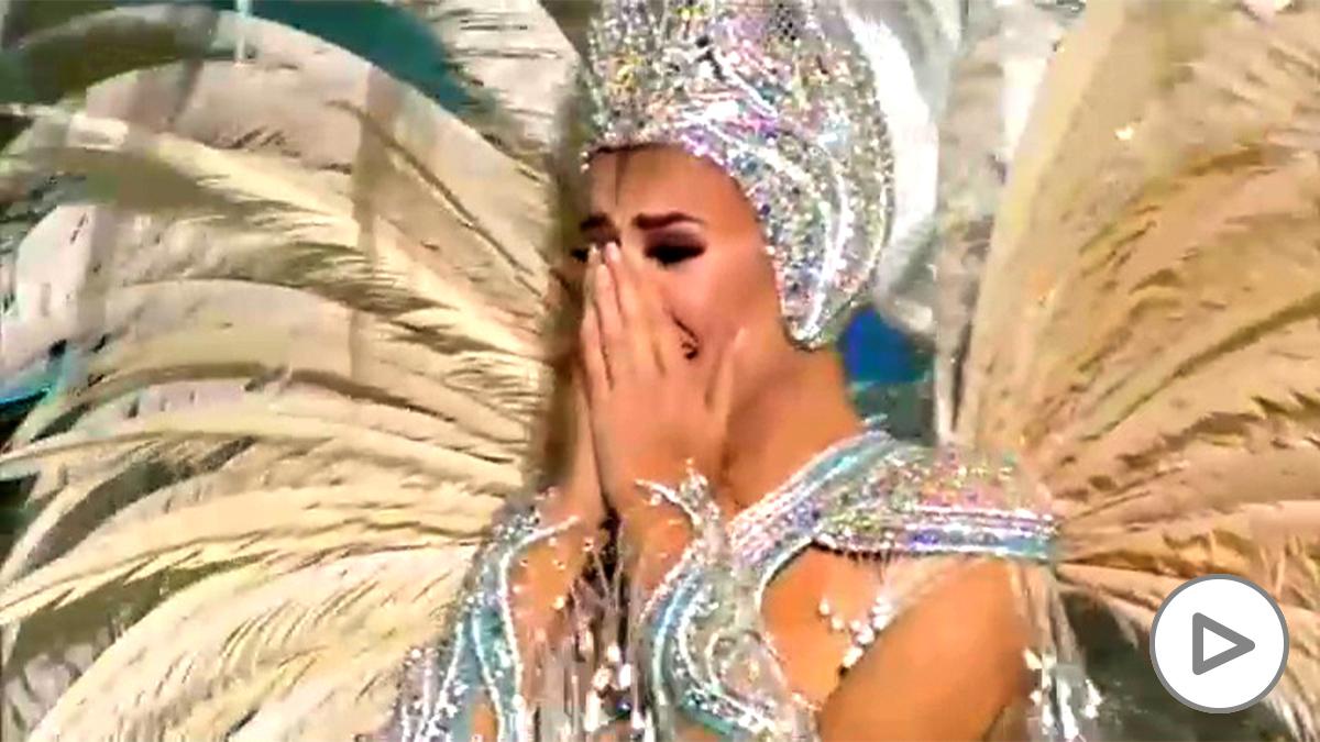 Minerva Hernández, en el momento de ser nombrada Reina del Carnaval.