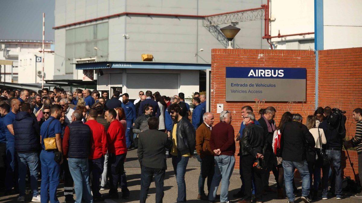 Trabajadores de Airbus concentrados en el centro de Tablada, en Sevilla.
