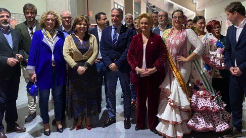 Isabel Bonig y Elías Bendodo este domingo en el Día de Andalucía en Torrent. (Foto: EP)