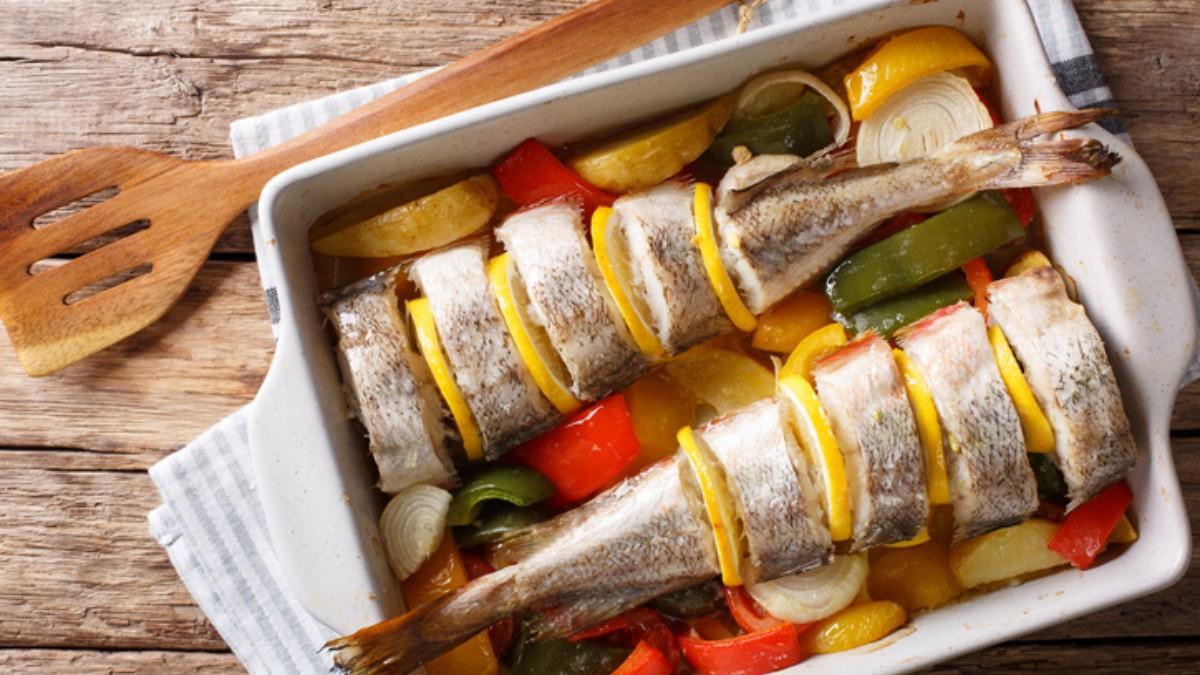 Lubina al horno con patatas, cebolla y tomate