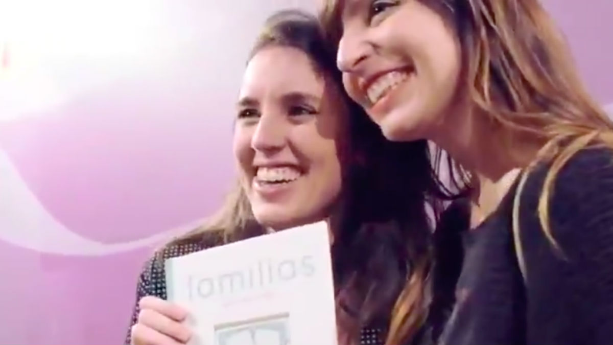 Irene Montero y la bloguera Verónica Sánchez con su libro 'Familias' en el Ministerio de Igualdad.