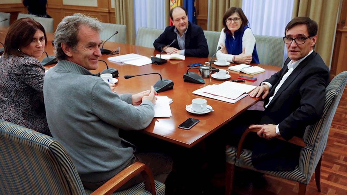 Fernando Simón (izqda.) y el ministro de Sanidad, Salvador Illa, en la reunión de este domingo del comité de seguimiento del coronavirus. (Efe)