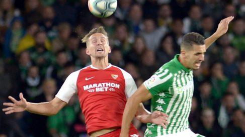 Feddal y De Jong, en un Betis – Sevilla. (AFP)