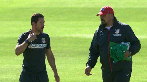 Simeone y Mono Burgos. (AFP)