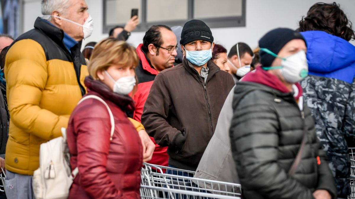 Gente con mascarillas por el coronavirus.
