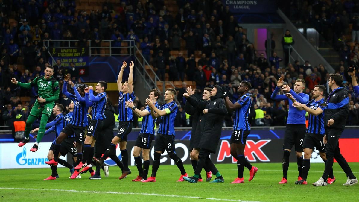 Los jugadores de la Atalanta celebran el triunfo con su afición. (Getty)