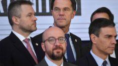 Peter Pellegrini, a la izquierda,y Pedro Sánchez, a la derecha, en Bruselas (Foto: AFP)
