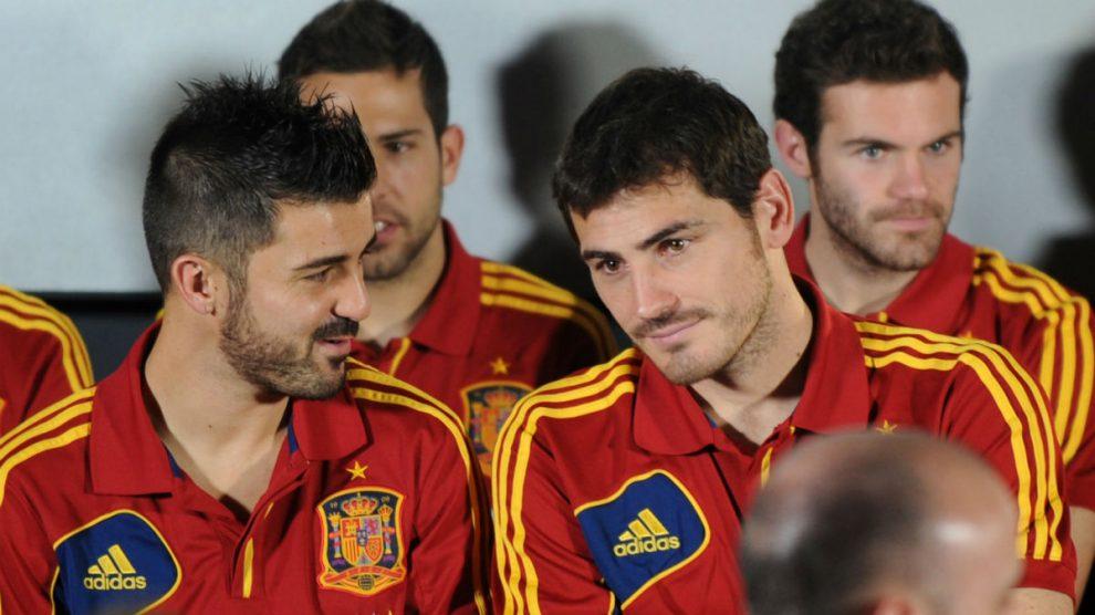 Iker Casillas habla con David Villa en su época en la selección española.