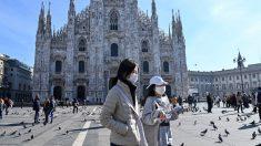 Dos personas pasean por la plaza la plaza del Duomo de Milán. Foto: AFP