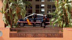 Miembros de la Policía Nacional custodian la entrada del hotel de Tenerife en cuarentena. Foto: EP