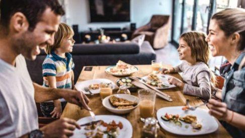 Descubre las pautas para enseñar a los niños buenos modales en la mesa
