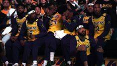 Los jugadores de Los Lakers durante un homenaje a Kobe Bryant. (Getty)