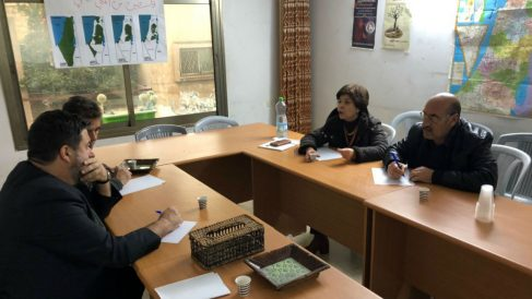 El eurodiputado de Unidas Podemos Manuel Pineda, reunido con Ismat Shakhshir, ex candidata del PFLP. (@Manu_Abu_Carlos vía Twitter)