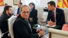 Quim Torra en la mesa de negociación con Pedro Sánchez en La Moncloa. (Foto: EFE)