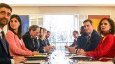Primera reunión de la mesa de diálogo encabezada por el presidente del Gobierno, Pedro Sánchez (2d), y el jefe de la Generalitat, Quim Torra (3i), el pasado febrero. (Foto: EP)