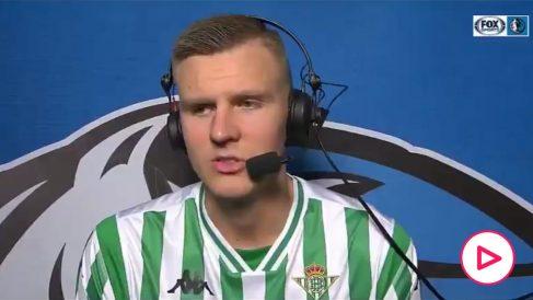 Porzingis, en la entrevista con la camiseta del Betis.
