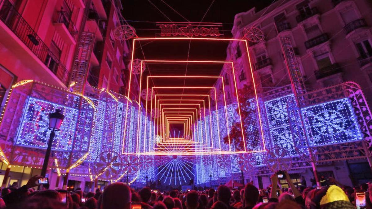 En Fallas se puede disfrutar de una iluminación espectacular en las calles