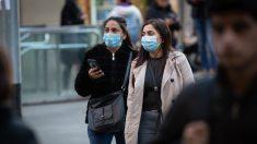 Dos mujeres con mascarillas caminan por Barcelona. (Foto: EP)