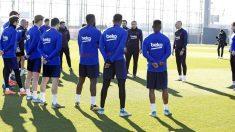 Setién charla con los jugadores antes de un entrenamiento. (FCBarcelona)