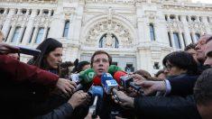 El alcalde de Madrid, José Luis Martínez-Almeida, atiende a los medios tras el minuto de silencio convocado por el Ayuntamiento como muestra de repulso y condena del asesinato por violencia de género ocurrido en el municipio madrileño de Fuenlabrada. Foto: EP
