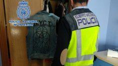 Agente de Policía Nacional realiza un registro domiciliario. Foto: EP