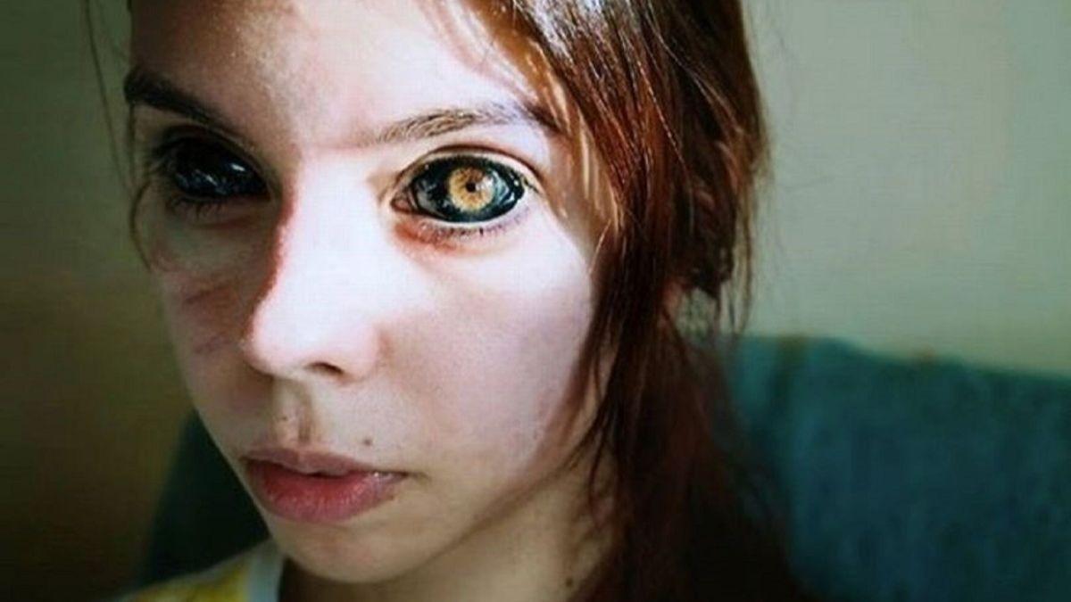 Una modelo se tatúa los ojos y se queda ciega