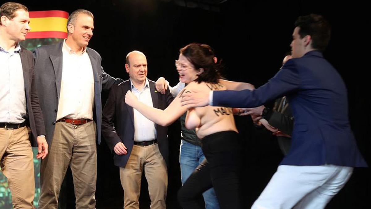 Una activista de Femen interrumpe la intervención del secretario general de Vox, Javier Ortega Smith (2ºi), en un acto público en Zaragoza. Foto: EFE