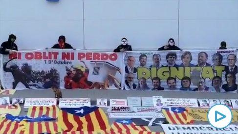 Una brigada antiseparatista retira propaganda independentista mientras el ex presidente fugado se encontraba en Perpiñán (Francia).