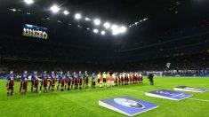 Los jugadores del Atalanta y el Valencia, antes del partido de ida de octavos de la Champions. (Getty)