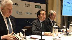 Cadena (izda); el presidente de ADEA, Salvador Arenere (centro), y el magistrado Julio Arenere (dcha). Foto: EP