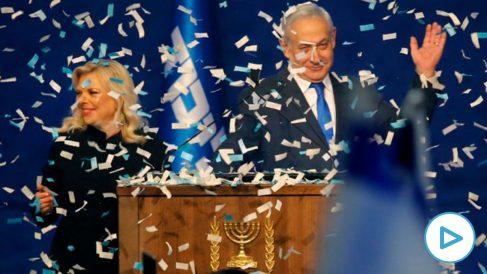 El primer ministro de Israel, Benjamin Netanyahu, celebra la victoria junto a su mujer Sara en la sede de su partido. Foto: AFP