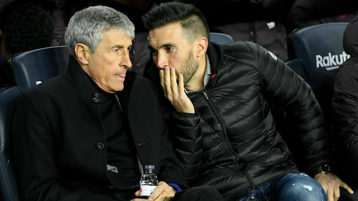 Sarabia susurra a Setién en el banquillo del Camp Nou. (Getty)