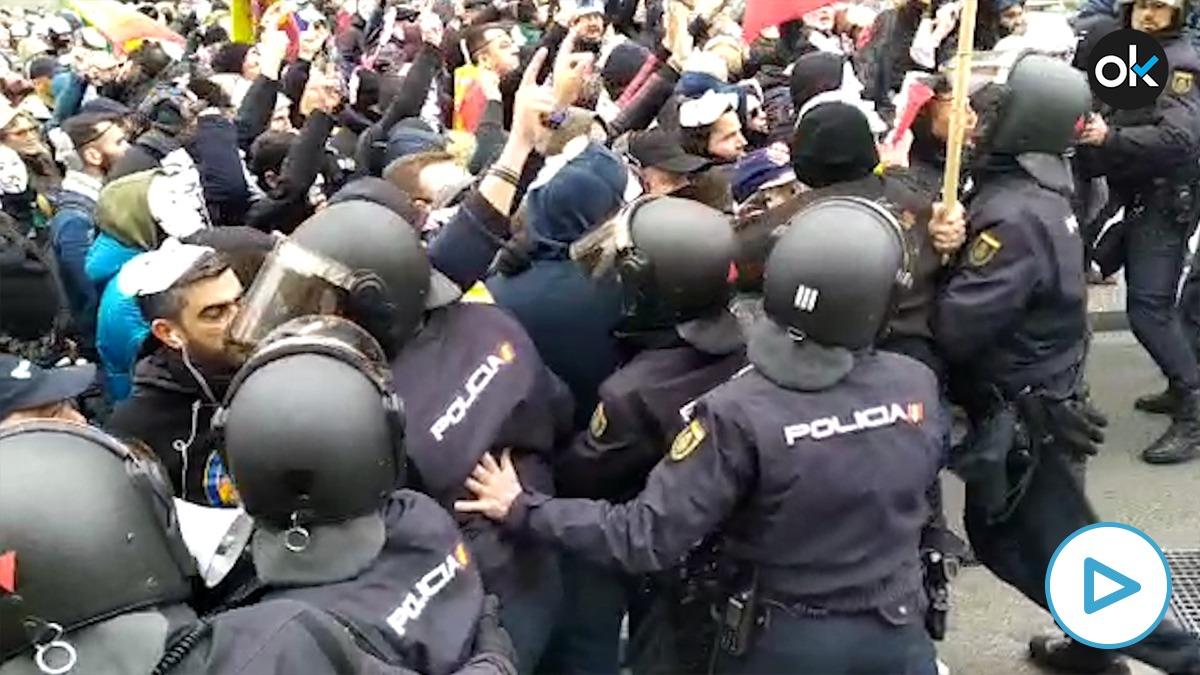 Tensión en la manifestación por la equiparación salarial frente al Congreso
