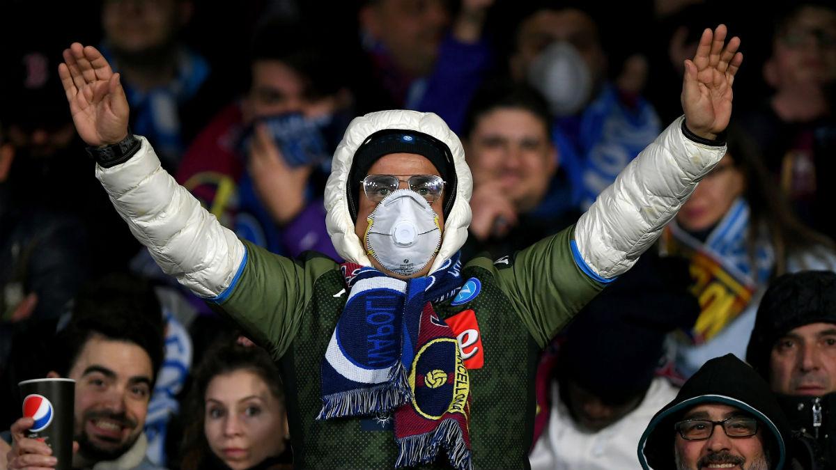 Un seguidor del Nápoles, con mascarilla en el Estadio San Paolo. (Getty)