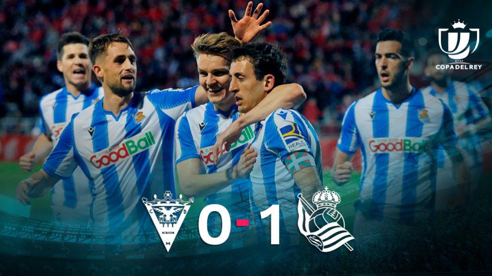 Oyarzabal celebra el gol junto a sus compañeros. (EFE)
