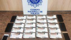 Policía facilitada por la Policía Nacional con algunas de las entradas falsas para el Clásico incautadas.