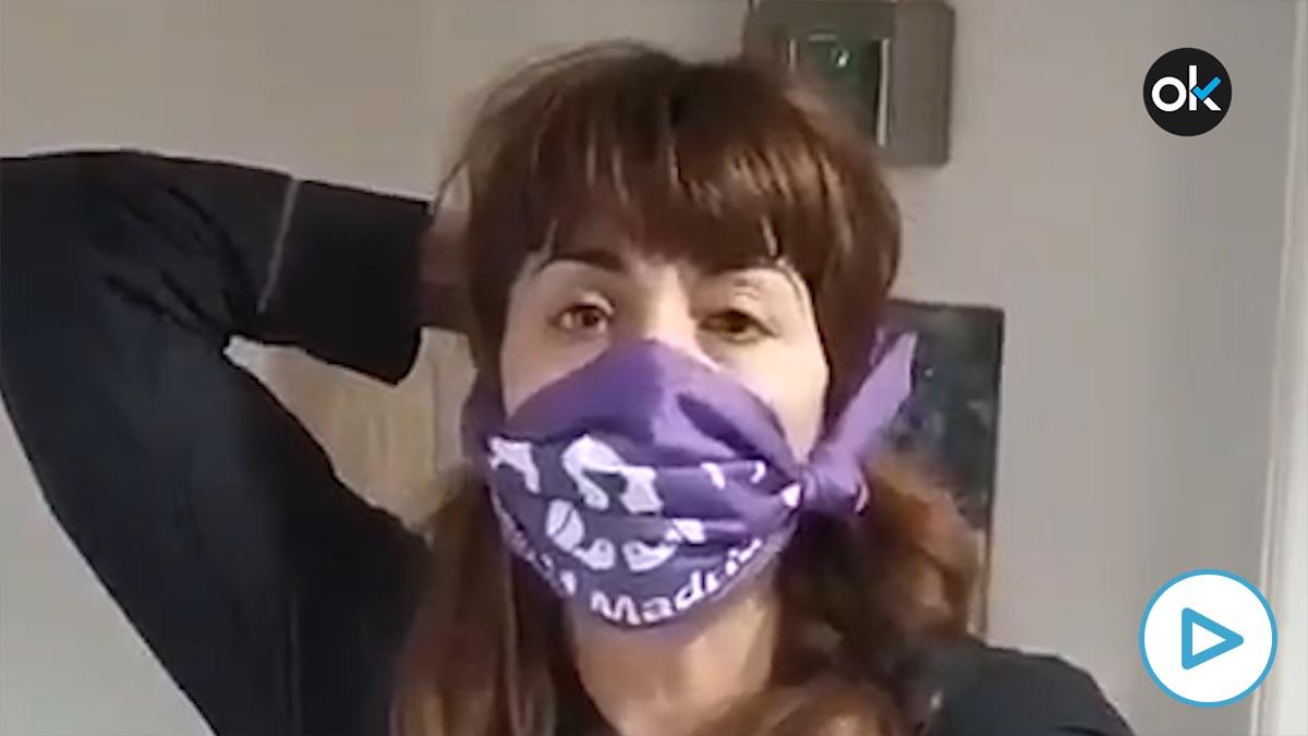 Una feminista pidiendo ir al 8M con un pañuelo morado a modo de mascarilla anti-coronavirus. (Fuente: @FeminismosMad)