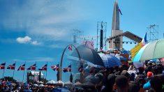 Manifestación multitudinaria en la plaza de la bandera el 27 de febrero.