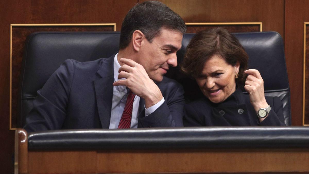 El presidente del Gobierno, Pedro Sánchez, junto a la vicepresidenta primera del Gobierno, Carmen Calvo, durante una sesión plenaria en el Congreso de los Diputados (Foto: Europa Press).
