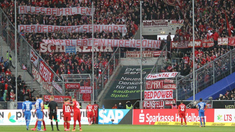 Los ultras del Bayern, en el partido ante el Hoffenheim. (AFP)
