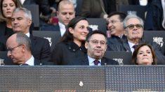 Josep María Bartomeu, presidente del Barcelona, en el palco del Camp Nou. (AFP)