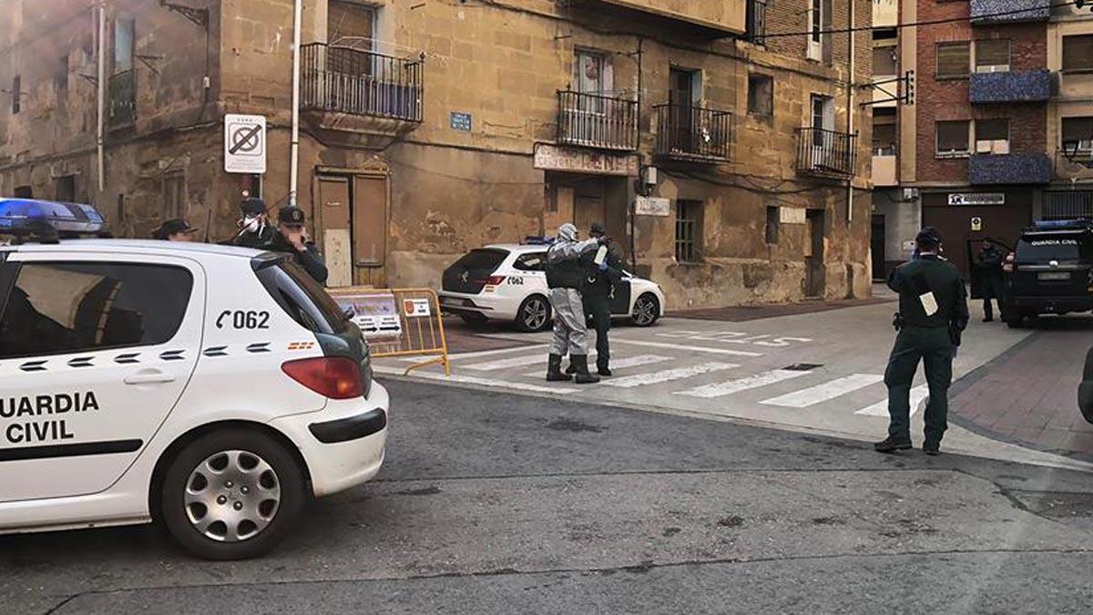 Agentes de la Guardia Civil ataviados con trajes NRBQ se han desplegado en la localidad de Haro (La Rioja), en la que han notificado el aislamiento a los vecinos de la localidad, que acudieron hace dos semanas a un funeral en Vitoria y que han sido puestos en cuarentena. Foto: EFE